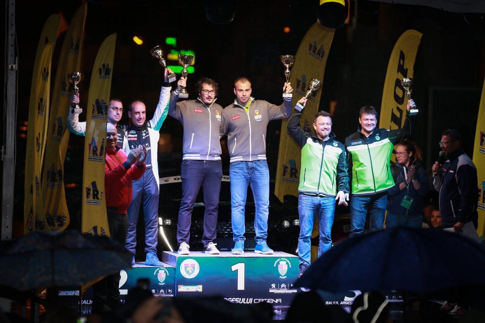 Cele trei echipaje care împart podiumul general la jumătatea sezonului. Un Top 3 similar cu rezultatele primei etape, Raliul Argeșului.